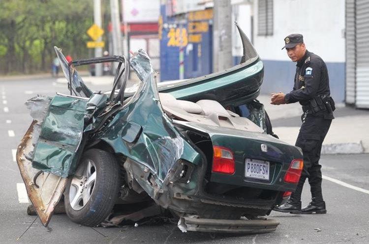El choque se produjo cuando el piloto intentó huir después de haber atropellado a un motorista. (Foto Prensa Libre: Érick Ávila)