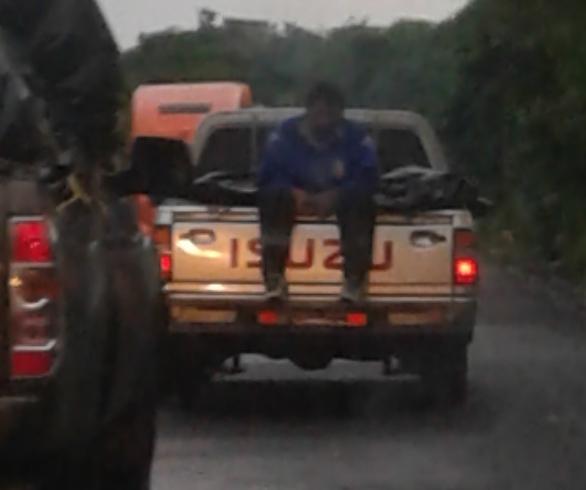 Un hombre viajó sentado en la palangana de un picop, en Mazatenango.