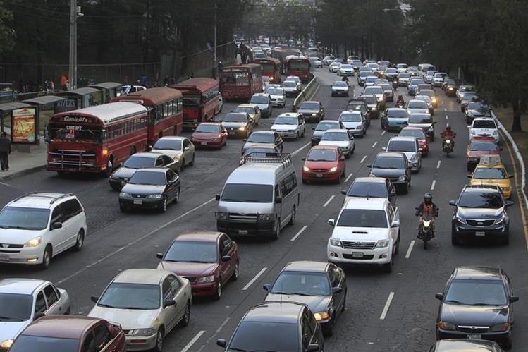 El tránsito vehícular se incrementará a partir de este viernes y el sábado será el día más crítico. (Foto Prensa Libre: Hemeroteca PL)