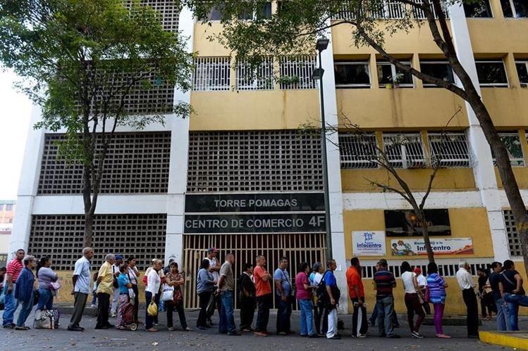 La crisis en Venezuela se extiende más allá de los precios del petróleo; la escasez golpea al país. (Foto Prensa Libre: AFP)