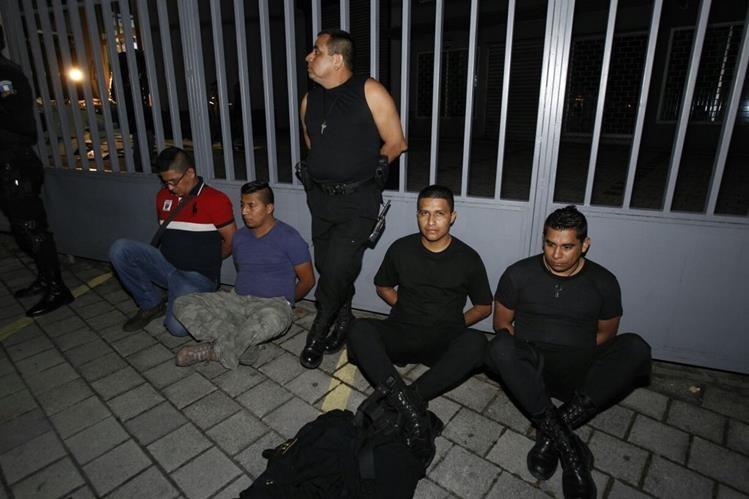 Los cinco agentes de la Policía, fueron detenidos en el kilómetro 8.5 de la ruta Muxbal, antigua carretera a El Salvador. (Foto Prensa Libre: PNC)