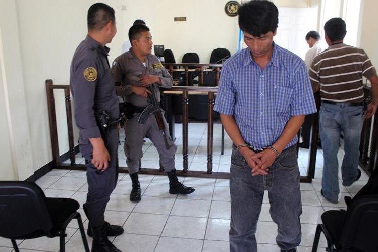 Guardias del Sistema Penitenciario trasladan a condenado a 16 años de cárcel inconmutables por homicidio, en Quiché. (Foto Prensa Libre: Óscar Figueroa)