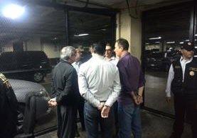 Los cinco capturados esperan en el sótano de la Torre de Tribunales la presentación al Juez de Turno. (Foto Prensa Libre: Jerson Ramos)