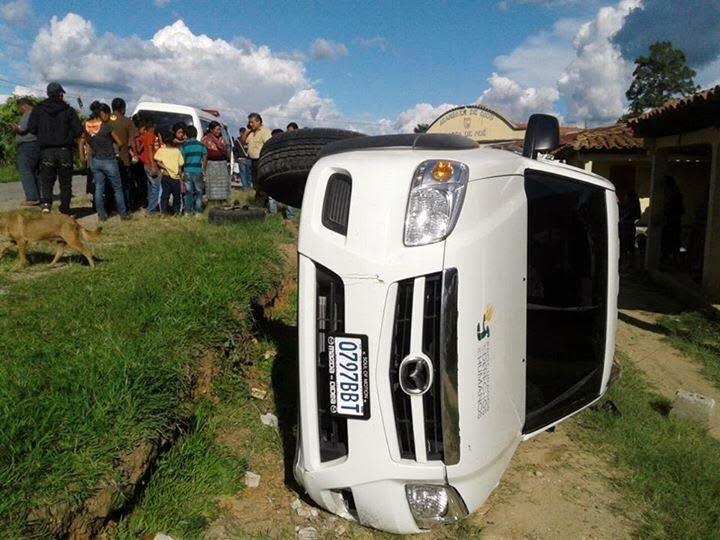 Picop en el que viajaba un auxiliar departamental de la PDH, queda volcado en Chiché, Quiché. (Foto Prensa Libre: Óscar Figueroa)