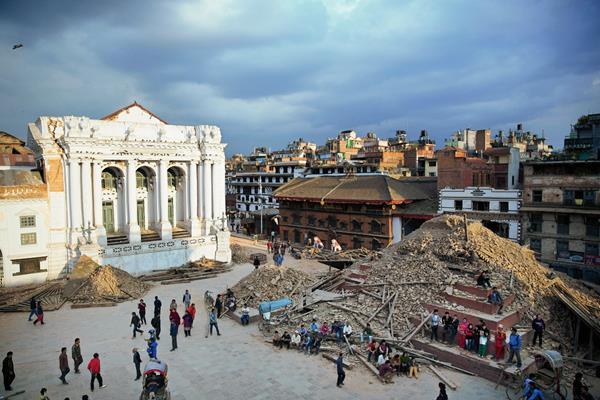 Una vista general de una de las plazas que fue dañada fue dañada en el terremoto del sábado en Katmandú, Nepal. (Foto Prensa Libre: AP).