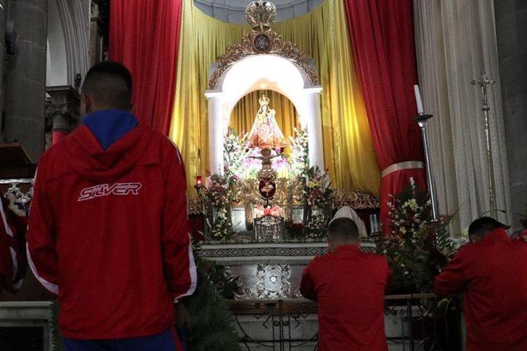 Los jugadores de Xelajú MC acudieron el jueves a la Catedral Metropolitana de Los Altos para agradecer por el liderato. (Foto Prensa Libre: Raúl Juárez).