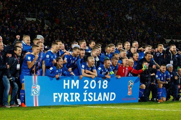 Los jugadores de Islandia lograron una histórica primera clasificación al Mundial. (Foto Prensa Libre: EFE)