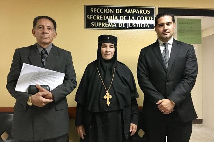 Madre Inés Ayau, junto a los abogados Hugo Marroquín – izquierda- y Juan Pablo Gutiérrez, luego de que se interpuso amparo. (Foto Prensa Libre: Cortesía).