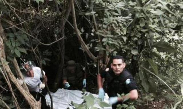 El cuerpo decapitado fue localizado por vecinos del área. (Foto Prensa Libre: CVB)