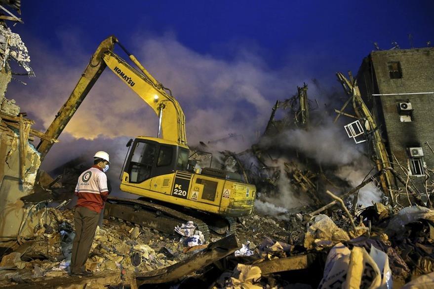 Maquinaria especializada es utilizada en las labores de víctimas. (Foto Prensa Libre: AP)