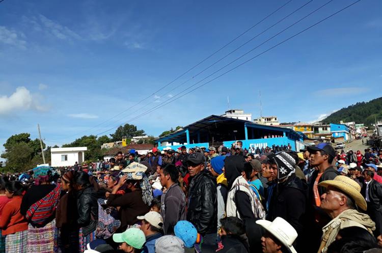 El alcalde llegó a la aldea en la mañana del martes, luego de que se enterara de que pobladores habían rodeado su casa. (Foto Prensa LIbre: Héctor Cordero)