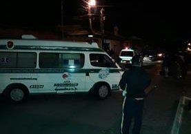 Socorristas llegaron al lugar del ataque armado, pero constataron que la víctima había muerto por los impactos de bala. (Foto Prensa Libre: Rentao Melgar)