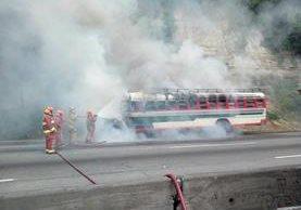 El autobús incendiado en el km 12.5 de la ruta al Pacífico se dirigía a la capital. (Foto Prensa Libre: San Miguel Petapa Noticias)