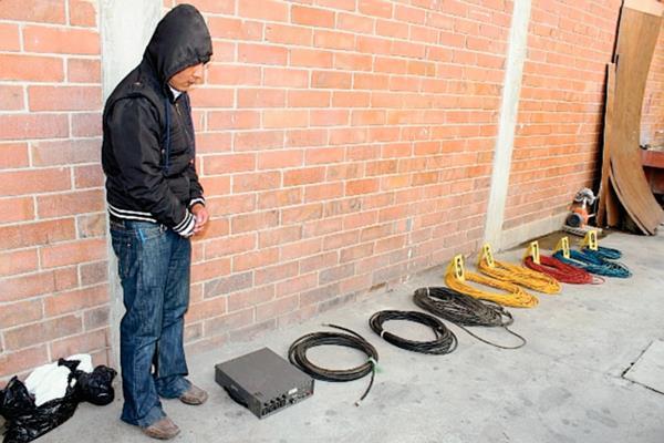 Una persona capturada y equipo decomisado fue el resultado de los allanamientos en tres radios ilegales en Chichicastenango, Quiché. (Foto Prensa Libre: Óscar Figueroa)