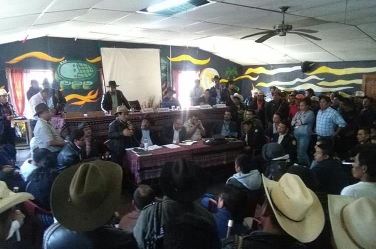 Autoridades efectuaron asamblea para determinar el castigo a los tres policías, pero dos fueron rescatados. (Foto Prensa Libre: Ángel Julajuj)