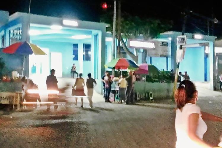 La menor fue llevada al Hospital Regional de Coatepeque. (Foto Prensa Libre: Alexánder Coyoy)