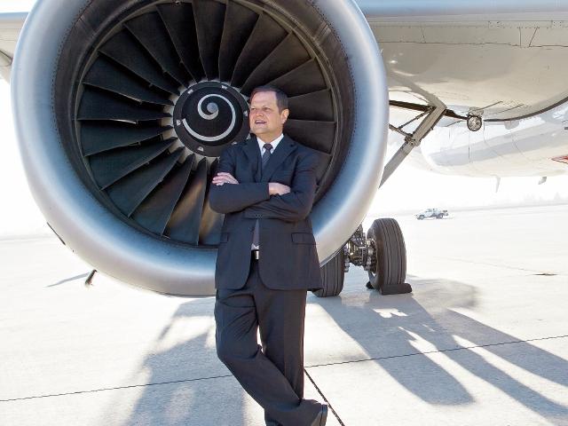 El aviador guatemalteco Enrique Beltranena dirige la compañía Volaris, que se propuso la meta de trasladar a Guatemala más de 2.5 millones de pasajeros en los siguientes tres años, con una estrategia de bajo costo.