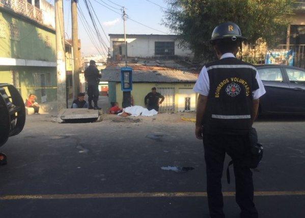 Una mujer fue ultimada en la zona 6 capitalina. (Foto Prensa Libre: Bomberos Voluntarios)