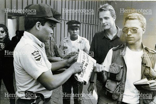 Agentes de la Policía Nacional registran a periodistas afuera de la sede de Prensa Libre el 26 de mayo de 1993 decomisándoles la edición de ese día. (Foto Prensa Libre: Hemeroteca)