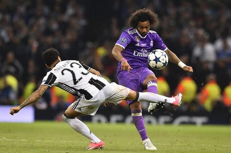 El defensa brasileño de la Juventus, Dani Alves y el lateral Marcelo captados en una acción de la final.