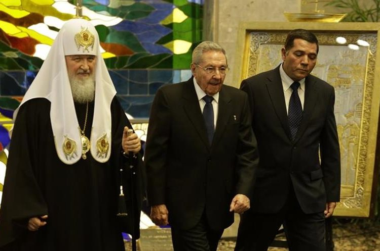 The head of the Russian Orthodox Church Patriarch Kirill, left, walks with Cuban President Raul Castro, center, at Revolution Palace in Havana, Cuba, Friday, Feb. 12, 2016. Kirill is traveling through Latin America, visiting national leaders and the region