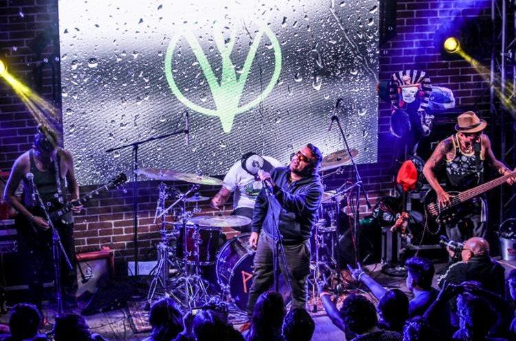 Viernes Verde destaca en el escenario con su música y por el espectáculo renovado que ofrece constantemente. (Foto Prensa Libre: Keneth Cruz)