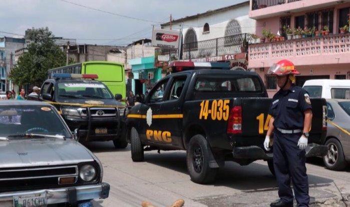 Los Bomberos Municipales llegaron al auxilio de la víctima en Villalobos 2, zona 12 de Villa Nueva. (Foto Prensa Libre: CBM)