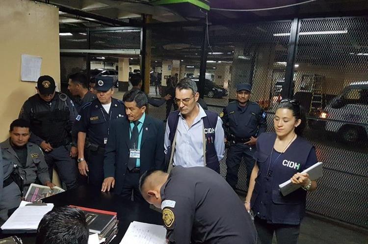Comisionados visitaron las carceletas en la Torre de Tribunales. (Foto Prensa Libre: OJ)