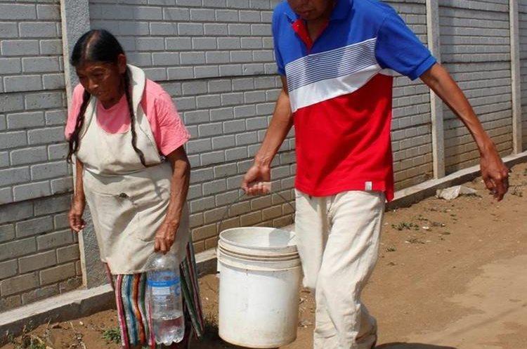 María Teresa Pérez, de 65 años, debe cuidar a su único hijo enfermo.(Prensa Libre: Víctor Chamalé)