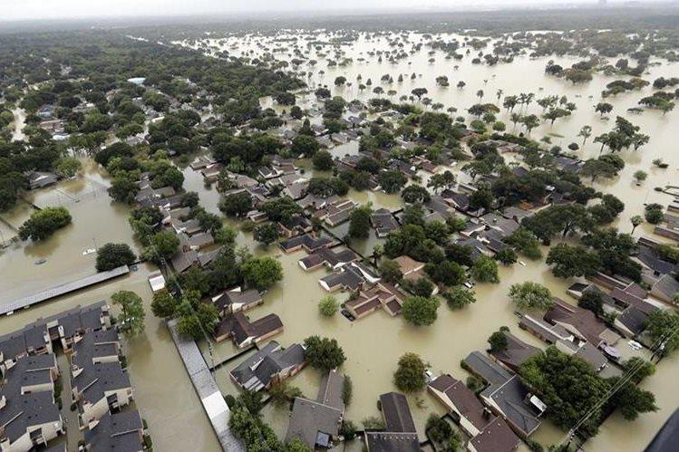 El agua del embalse de Addicks Reservoir fluye hacia los barrios de Houston.(AP)