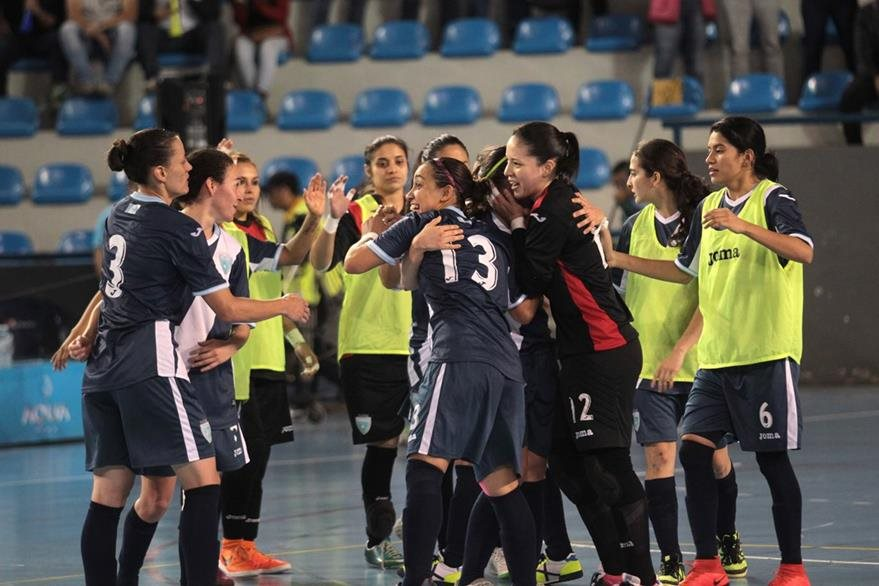 Las jugadoras nacionales derrocharon esfuerzo en el juego. (Foto Prensa Libre: Norvin Mendoza)