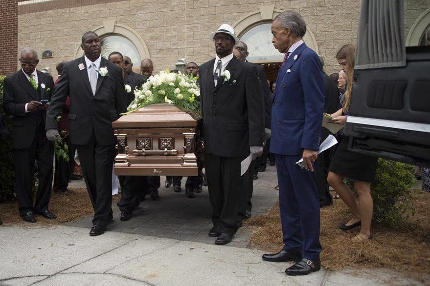 El ataúd de Ethel Lanza sale de la iglesia donde recibió honras fúnebres. (Foto Prensa Libre: AFP).