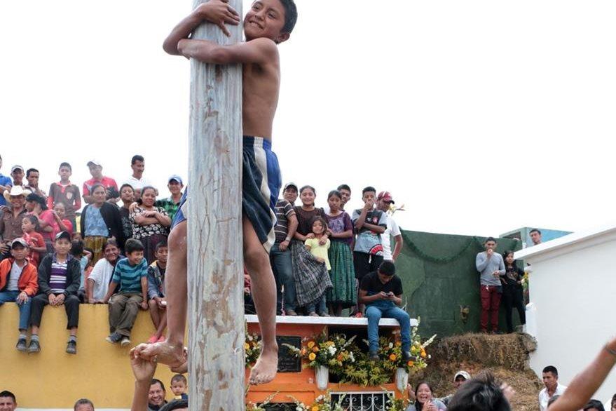 Menor trata se llegar al final del palo encebado que mide 10 metros de altura. (Foto Prensa Libre: Eduardo Sam).
