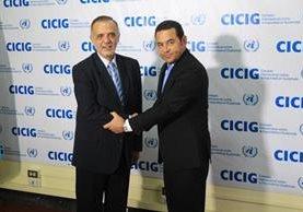 El comisionado de la Cicig, Iván Velásquez, saluda al presidente Jimmy Morales. (Foto Prensa Libre: Hemeroteca PL)
