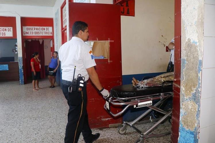 María de Jesús Bamac Mendoza, de 7 años, es ingresada al Hospital Nacional de Retalhuleu. (Foto Prensa Libre: Rolando Miranda)