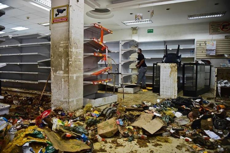 Varios comercios son saqueados en Venezuela, aprovechando el caos de manifestaciones. (Foto Prensa Libre: AFP)