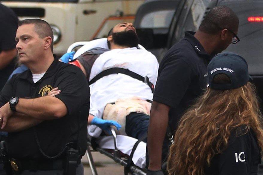 Ahmad Khan Rahami es llevado a una ambulancia después que resultó herido en una balacera con la Policía. (Foto Prensa Libre: AP).
