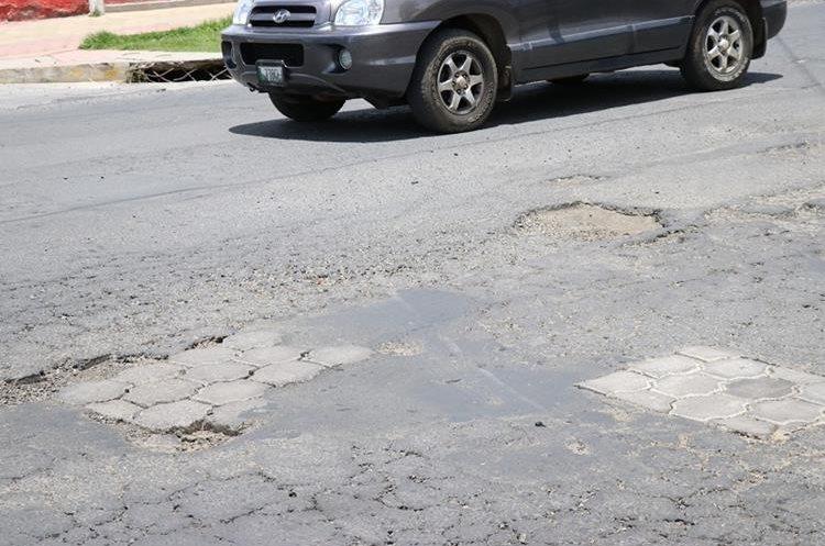 Muchas calles de Xelajú y carreteras del país se encuentran llenas de baches que dañan los vehículos. (Foto Prensa Libre: María José Longo)