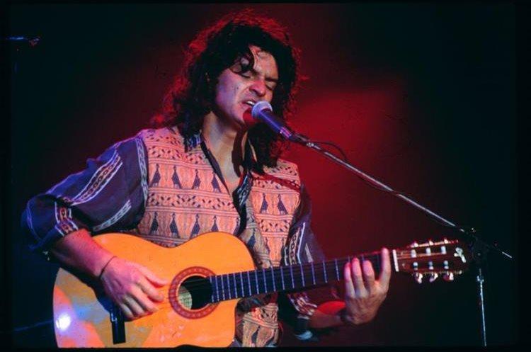 Ricardo Arjona ha sido caracterizado por su cabellera larga y guitarra en sus manos, instrumento con el que comenzó su ruta musical.