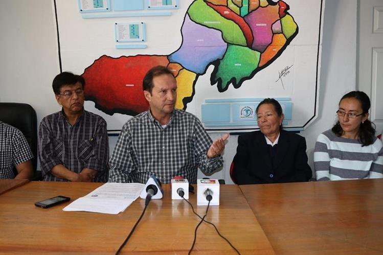 Juan Najera, director del Área de Salud, y personal de Recursos Humanos informan sobre los cobros anómalos. (Foto Prensa Libre: María Longo)