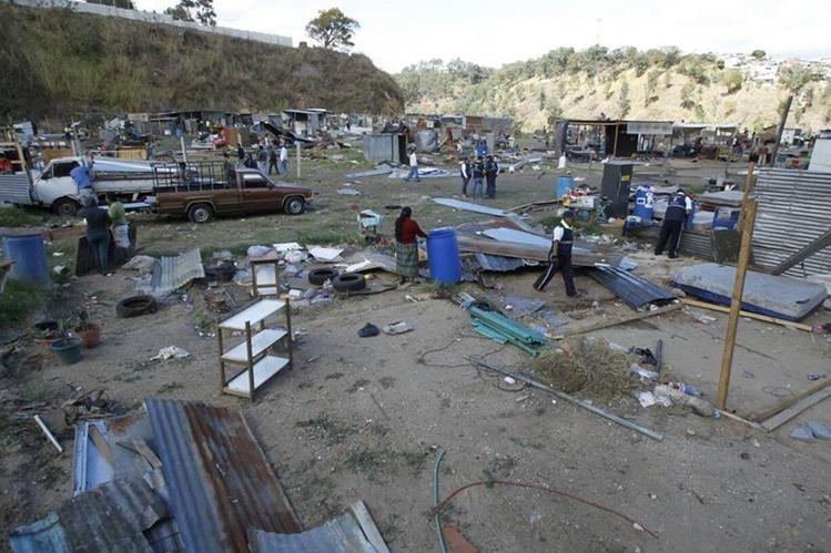 Los vecinos que invadieron un terreno privado en Mixco fueron desalojados por orden judicial (Foto Prensa Libre: Paulo Raquec)
