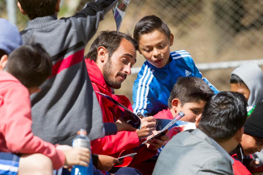 El uruguayo Gastón Puerari es uno de los jugadores más seguidos por los niños. (Foto Prensa Libre: Norvin Mendoza)