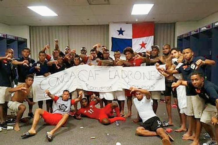 Los Jugadores de la Selección de Panamá, posan con un letrero dedicado a la Concacaf. (Foto Prensa Libre: Redes Sociales)