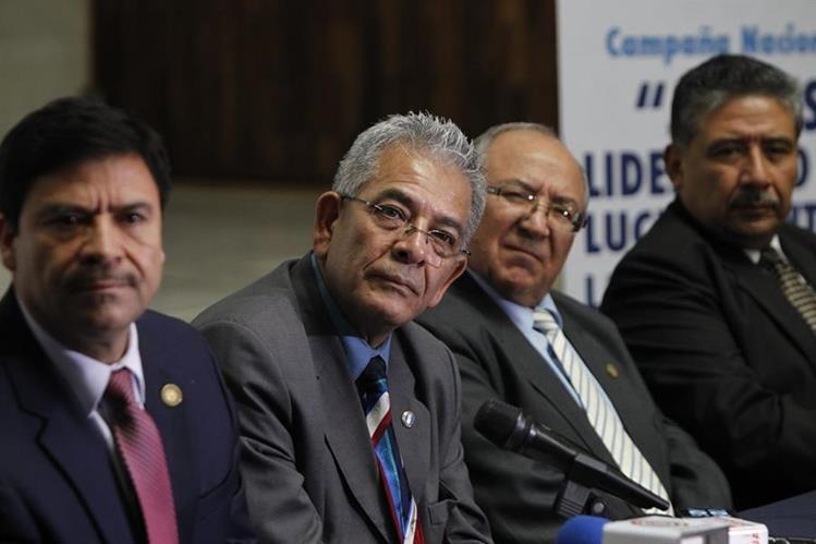 Miguel Ángel Gálvez comenta a la prensa sobre las intimidaciones recibidas la semana pasada. Lo acompañan magistrados de la Corte Suprema de Justicia. (Foto Prensa Libre: P. Raquec)