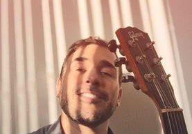 Francisco Paez canta un tema de George Michael como una forma de homenaje. (Foto Prensa Libre: FB Francisco Paez)