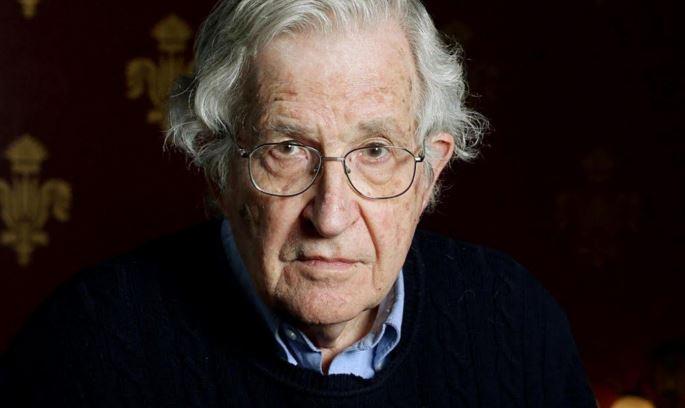 Noam Chomsky, profesor emérito de lingüística y desde hace 30 años un destacado crítico de la política. (Foto tomada de Twitter).