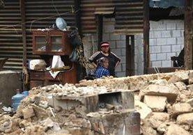 Dos mujeres observan sus casas destruidas después del terremoto de 7,7, en Tacaná, San Marcos. (Foto Prensa Libre: EFE)