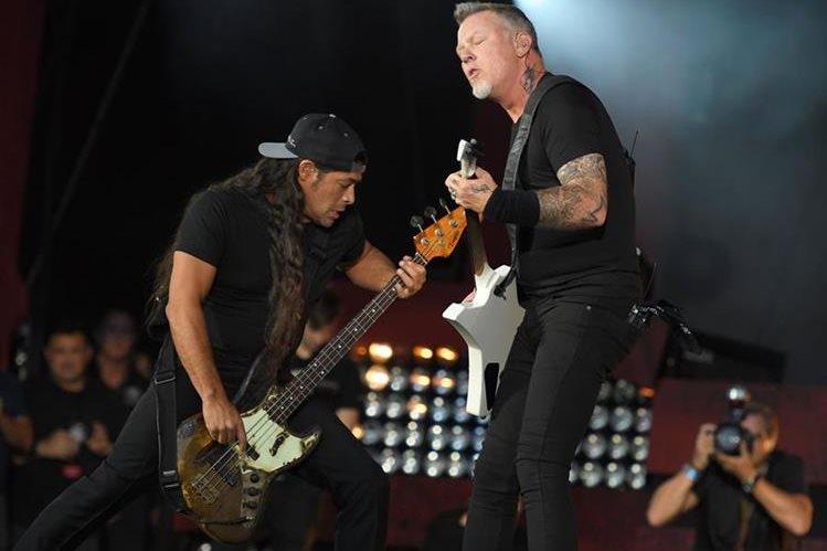 James Hetfield —voz y guitarra—, Kirk Hammett —guitarra—, de Metallica, durante un concierto en Nueva York. (Foto Prensa Libre, AFP)