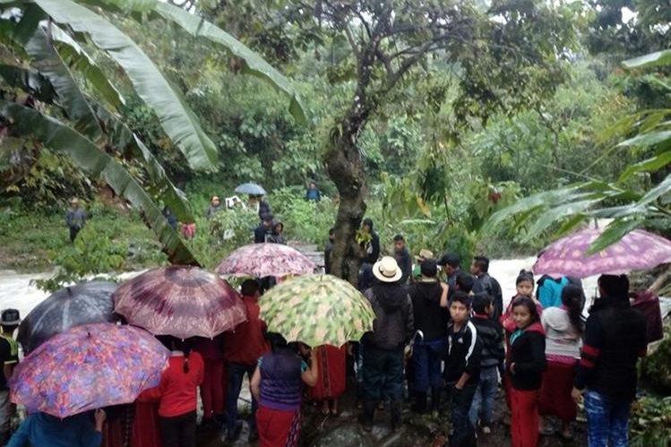 Vecinos permanecen en el lugar donde se registró el incidente en la aldea Jala Las Flores, Chajul. (Foto Prensa Libre: Héctor Cordero).