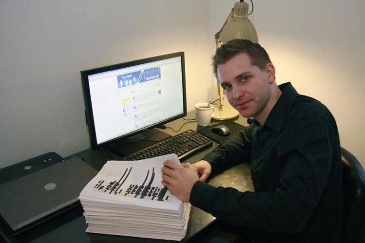 Max Schrems, el estudiante austríaco de derecho junto a los 1222 folios que Facebook había almacenado sobre sus datos privados.(Foto Prensa Libre: EFE).